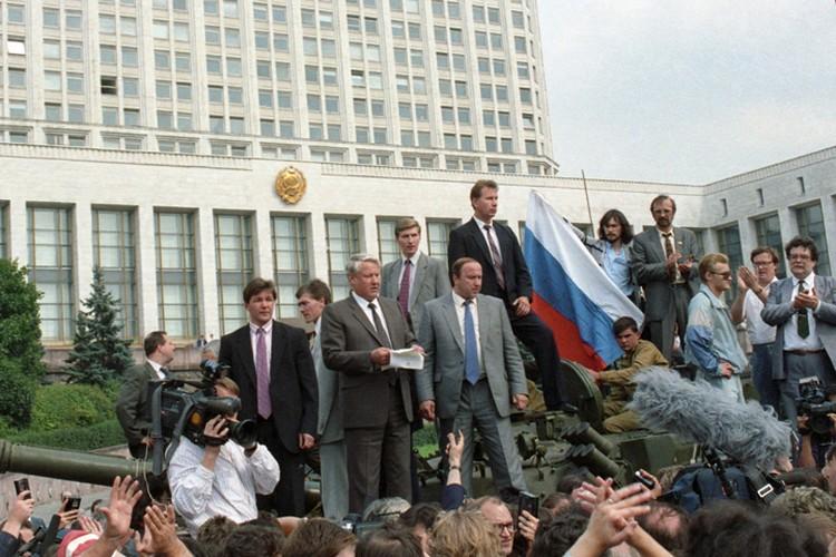 Борис Ельцин с башни танка обращается к народу. Фото: Валентин Кузьмин и Александр Чумичев /Фотохроника ТАСС/
