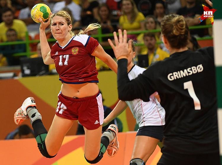 Владлена Бобровникова атакует ворота сборной Норвегии в полуфинале турнира в Рио.