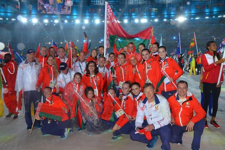 На церемонии закрытия Олимпиады наша делегация шла под проливным дождем. Фото: noc.by