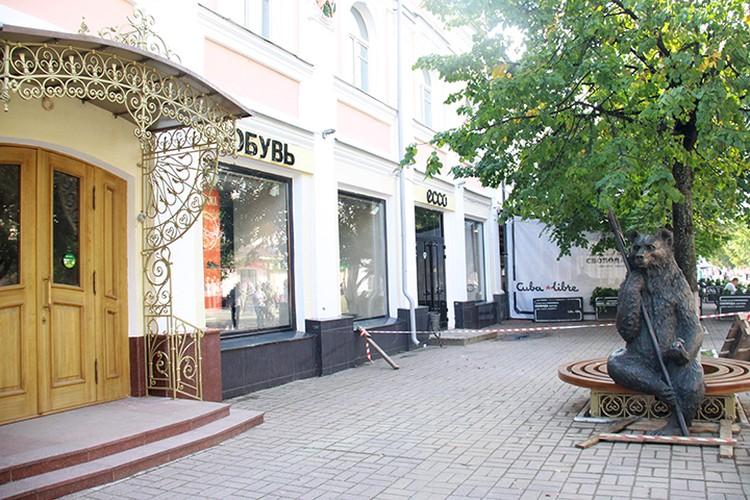 Символ Ярославля с секирой и яблочком в лапах присел на лавочке на улице Кирова