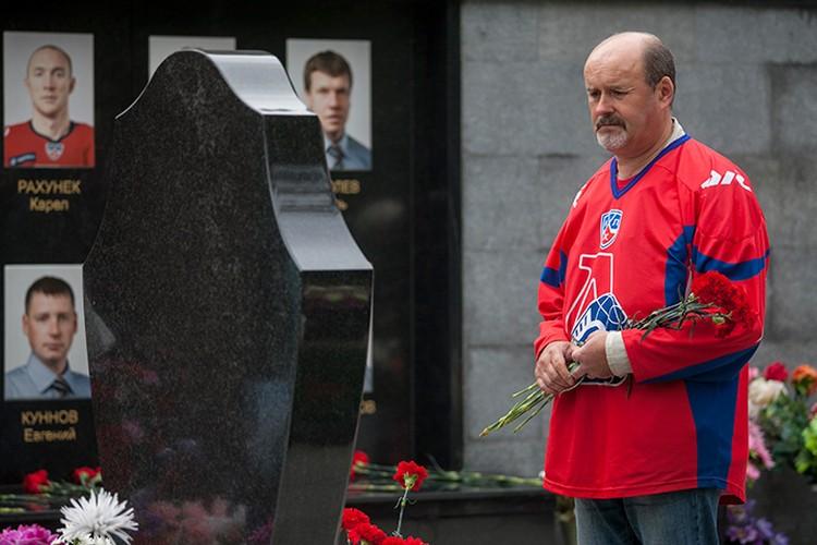 С самого утра люди несли и несли цветы на Леоньевское кладбище