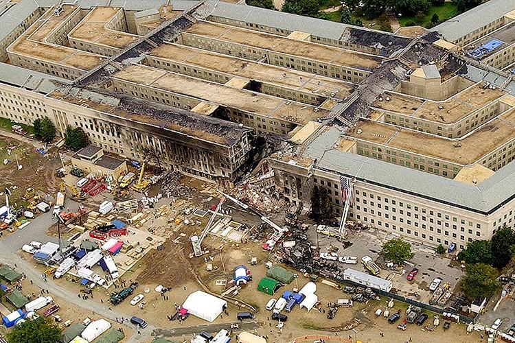 Разрушения здания Пентагона после того, как его протаранил один из захваченных террористами лайнеров.