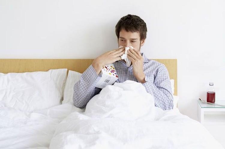 Поначалу симптомы очень схожи в простудой или астмой.