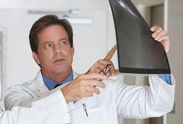 Пневмония выявляется при помощи рентгеноскопии легких или рентгенография грудной клетки.
