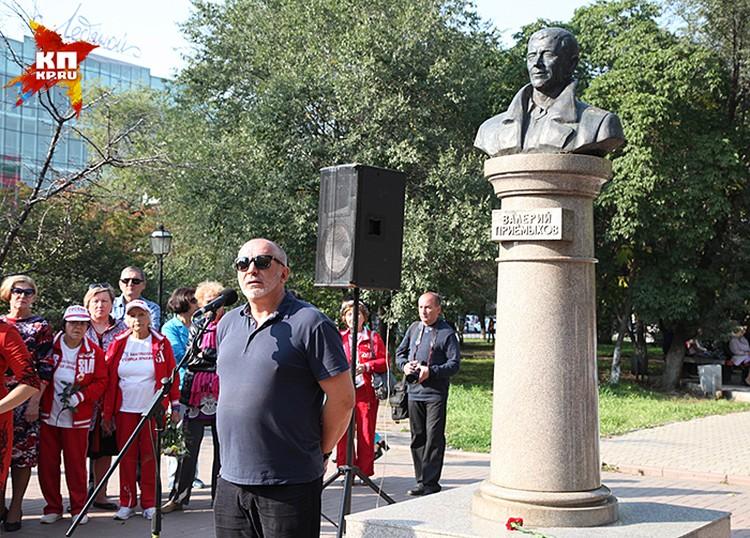 Сергей Новожилов около памятника Приемыхову