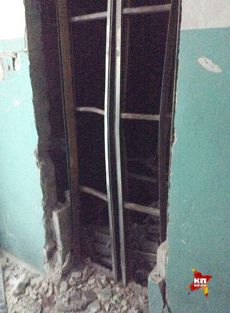 Шахта лифта после мощного взрыва, унесшего жизни Арсения Павлова и его охранника. ФОТО Вадим НИКОЛАЕВ