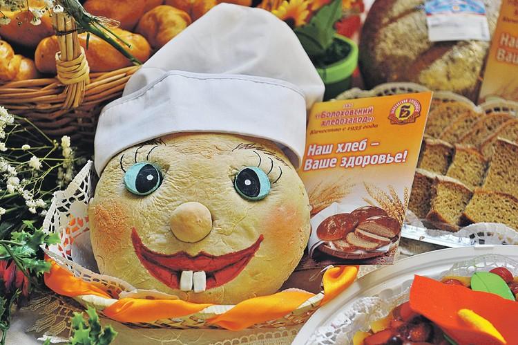 На выставках и в дорогих магазинах качественный хлеб еще можно увидеть. А вот то, что лежит на обычных прилавках, зачастую и хлебом назвать сложно.