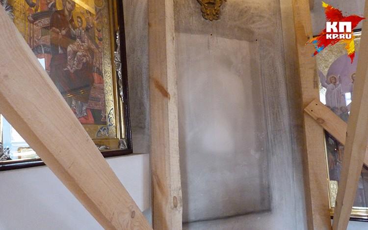 Под иконой, на которой изображена Богоматерь с младенцем и ангелами, появился негатив соседнего образа