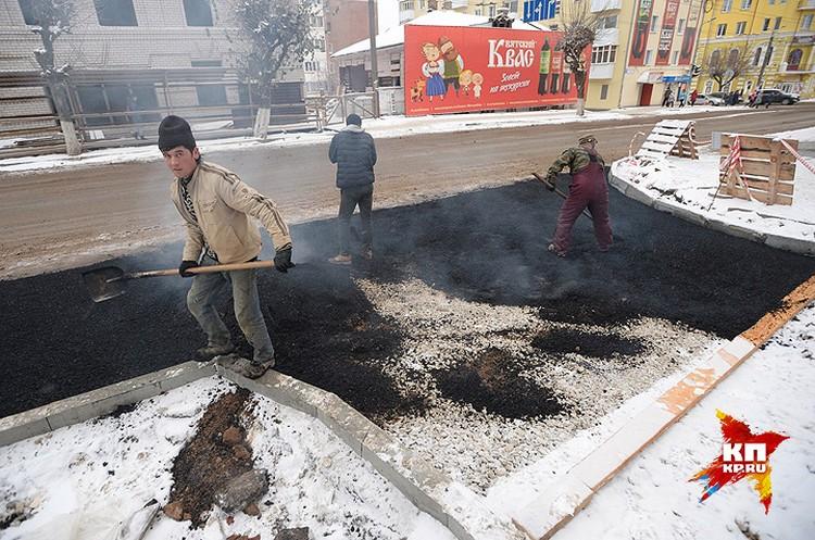 На Преображенском проспекте Кирова рабочие кладут асфальт прямо на снег.
