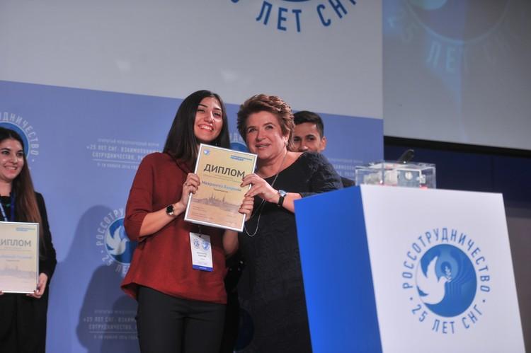 Руководитель Россотрудничества Любовь Глебова вручает диплом лауреата участнице из Таджикистана Мехрангез Бахроми