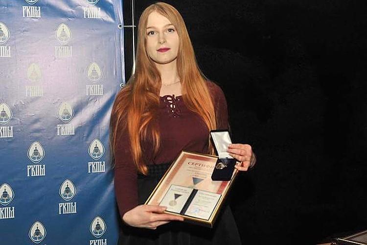 Медаль за Гришина получила его дочь Мария.