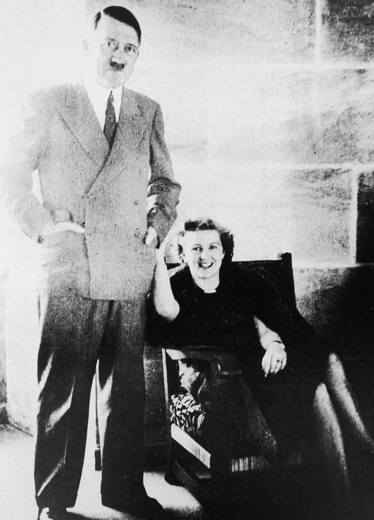 Ева Браун и Адольф Гитлер.