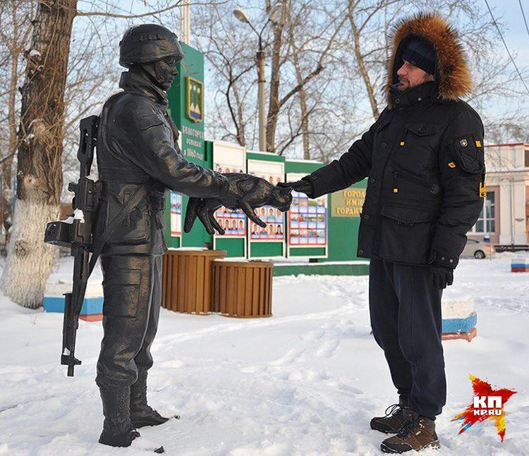 """В Белогорске есть памятник """"Вежливым людям""""."""