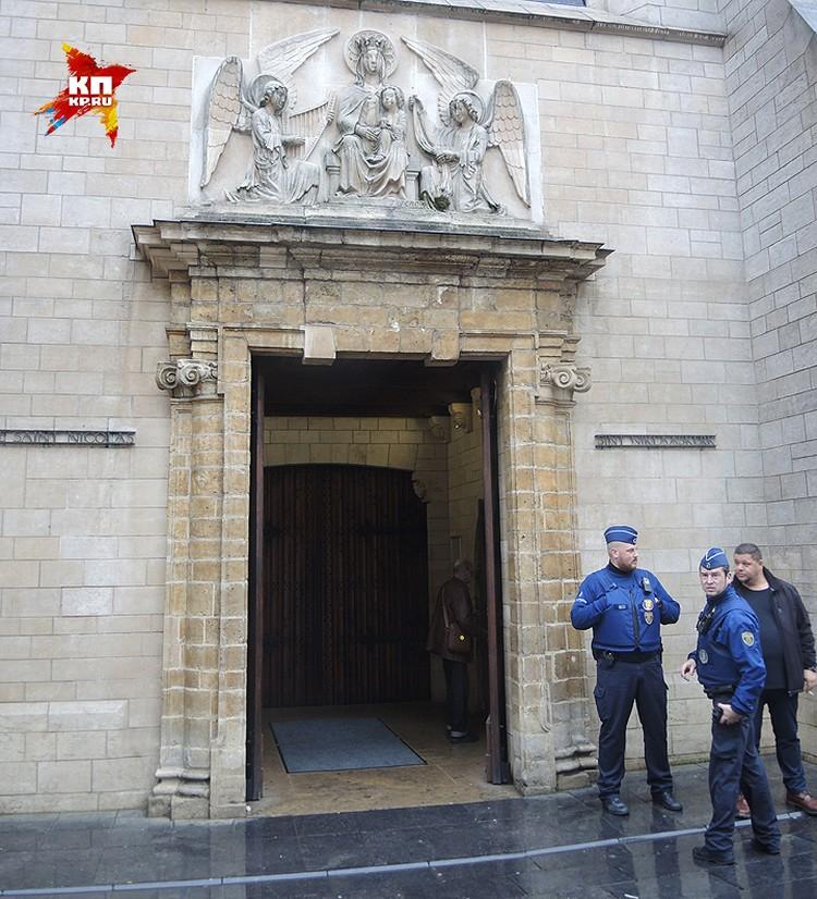 Вооруженные полицейские у входа в один из храмов столицы Бельгии.