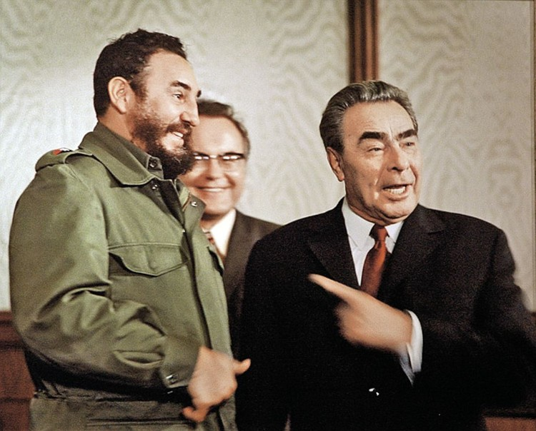 Брежнев был не прочь пошутить, особенно в кругу «своих». На снимке Леонид Ильич с Фиделем Кастро.