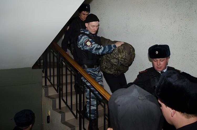 Полиция задержала пятерых напавших на полицейского и его жену.