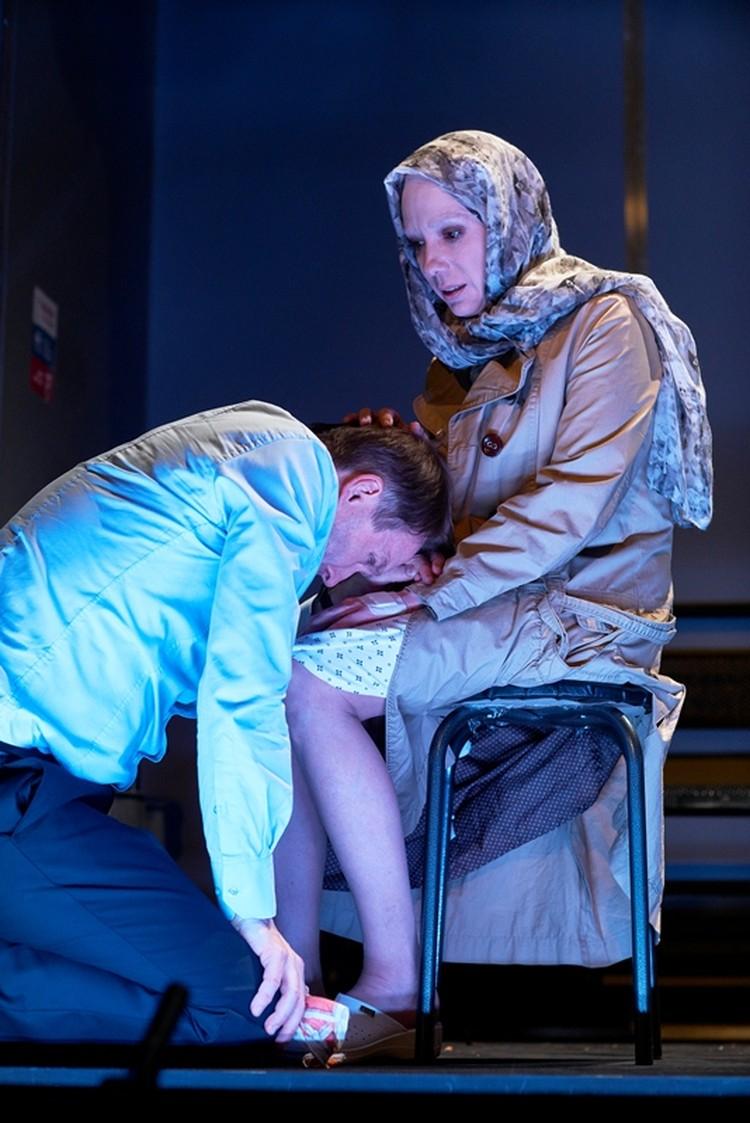 С женой (Чулпан Хаматова) героя Миронова связывают сложные чувства. Фото: Театр Наций.