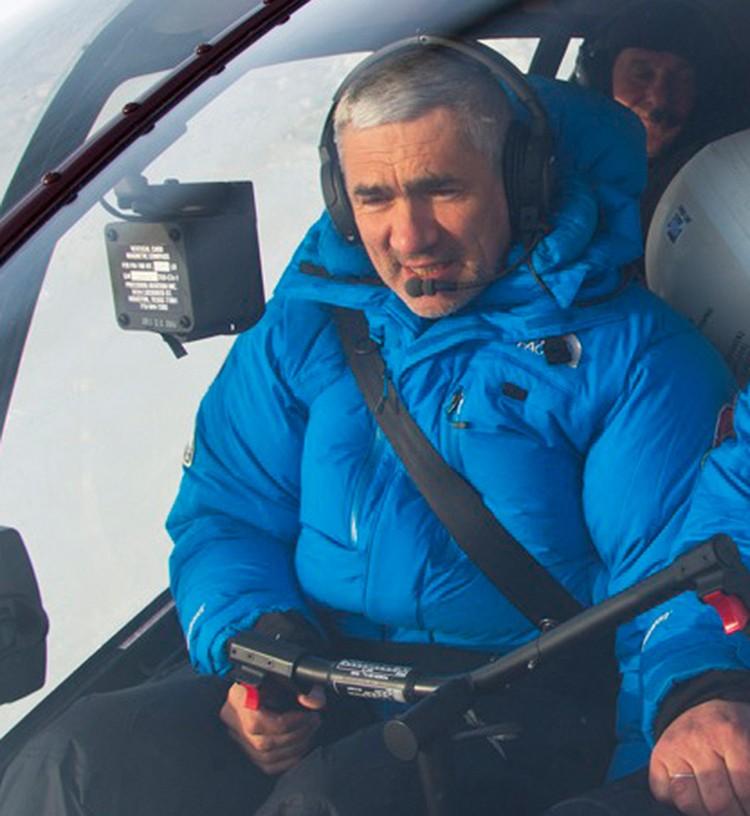 Дмитрий Ракитский за штурвалом вертолёта. Фото предоставлено пресс- службой вертолетного центра Heli Club
