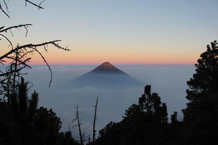 Ради таких красот туристы и идут за тридевять земель. Вид с вулкана Акакенанго на Агуа, Гватемала. 3600 метров над уровнем моря. Фото: личный архив