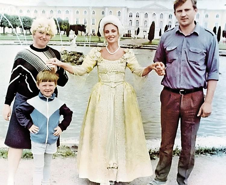 Маленький Андрей с матерью (за спиной) и отцом. Тогда родители еще не знали, что их сын возьмет новые имя и фамилию - Прохор Шаляпин.