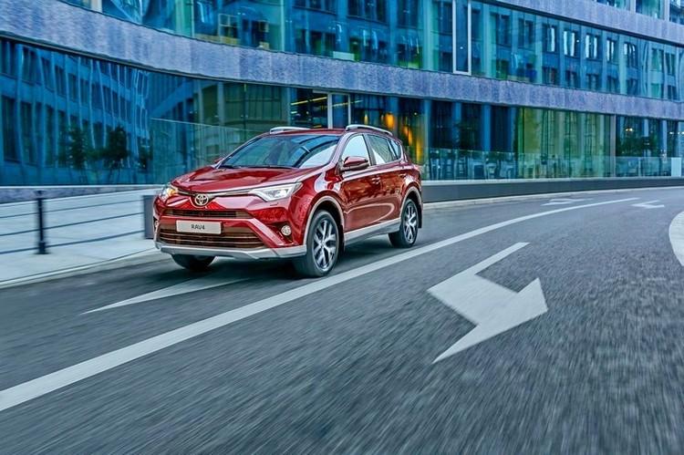 Стоимость Toyota RAV4 в комплектации Executive стартует с отметки в два миллиона рублей за автомобиль с двухлитровым мотором, вариатором и полным приводом