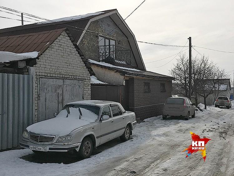 Дом, где отгремела скандальная вечеринка - небольшой коттедж с мансардой недалеко от центра города.