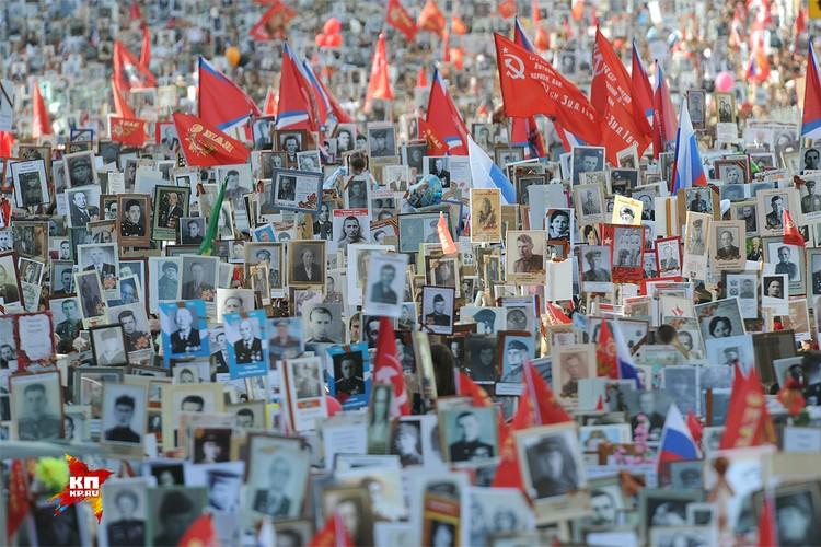 """9 мая 2015 года. Акция """"Бессмертный полк"""" в Москве собрала сотни тысяч участников и стала еще одним напоминанием о цене Победы."""