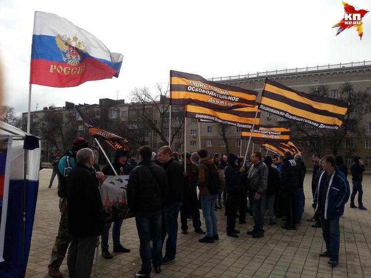 Место на площади с утра заняли представители Национально-освободительного движения со своим митингом - разрешенным и согласованным.