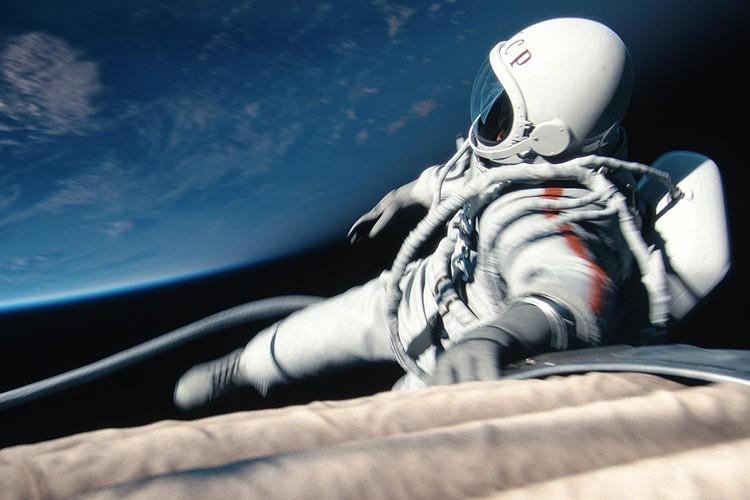 Человек впервые в открытом космосе.