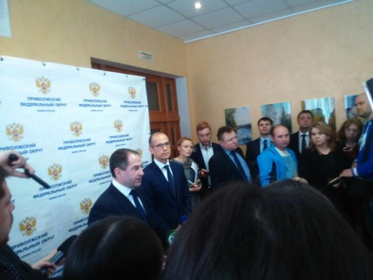 Подход Бречалова и Бабича к журналистам после представления. Фото: Евгений Зайнуллин