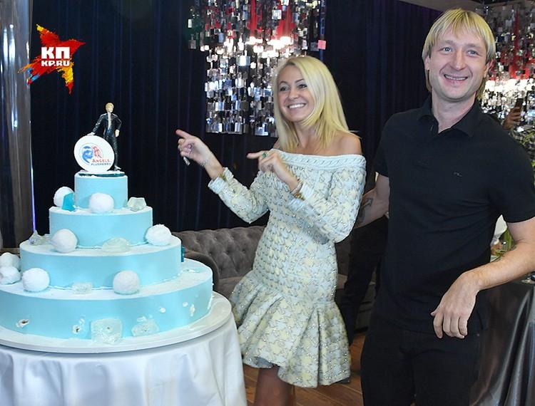 В честь открытия школы Яна Рудковская и Евгений Плющенко пригласили гостей на праздничный ужин.