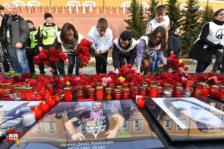 После концерта можно было возложить цветы к портретам погибших в Александровском саду