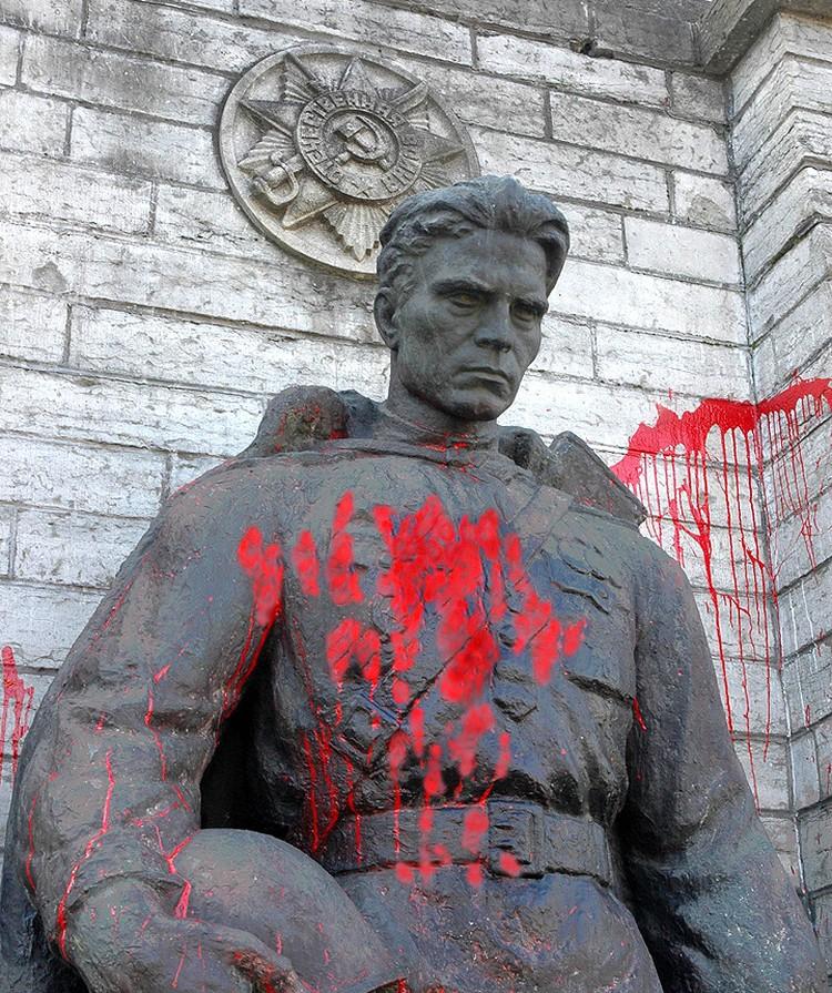 В 2005 году памятник облили краской эстонские националисты. Обратите внимание на барельеф Ордена Великой Отечественной. На новой стелле его уже не будет. Фото ИТАР-ТАСС/ Виктор Вестеринен