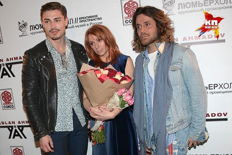 Алена Апина с режиссёром скандального клипа Асланом Ахмадовым ( крайний справа) и с главным героем постельных сцен ролика.