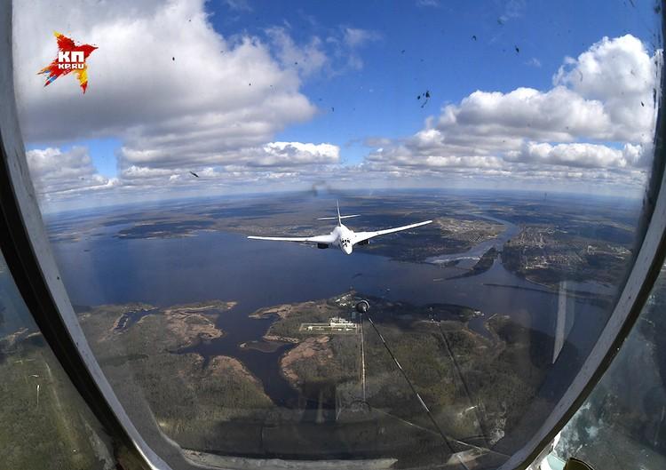 Ту-160 считается самым крупным и самым мощным в истории военной авиации сверхзвуковым самолётом.