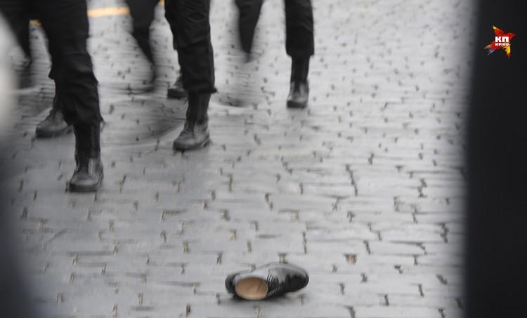 А вот наш фотограф Виктор Гусейнов даже снял, как с одного из солдат во время марша слетел туфель.