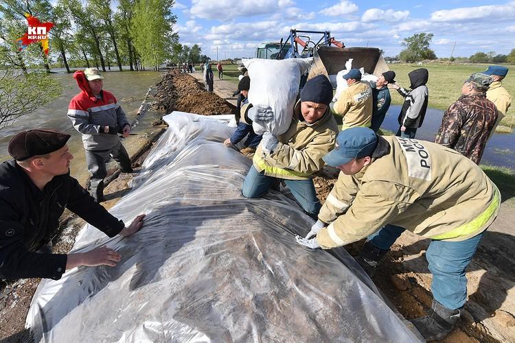 Жители деревни Боково Абатского района Тюменской области борются со стихией уже неделю