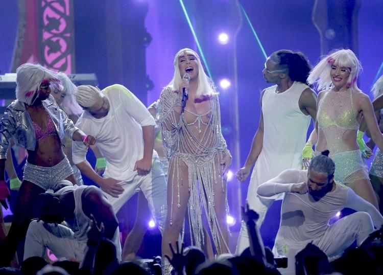 Певица вышла на сцену в таком откровенном наряде, что зрители просто потеряли дар речи.
