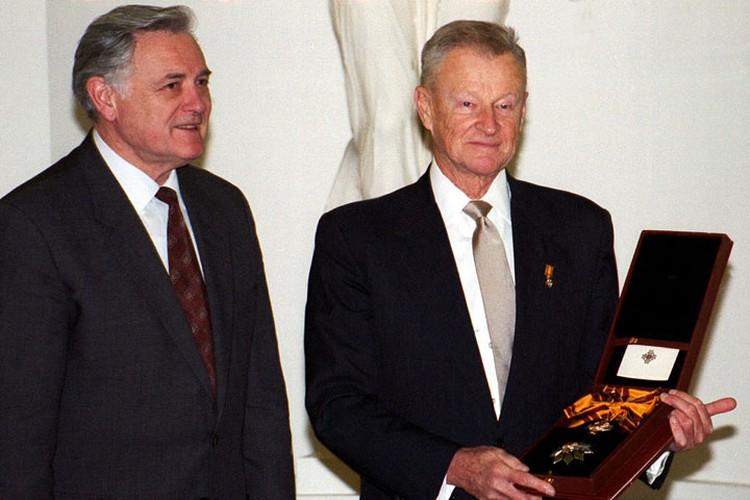 Известный американский политолог Збигнев Бжезинский держит медалью Великого Князя Гедиминаса, которую вручил ему президент Литвы Валдас Адамкус в Вильнюсе 17 ноября 1998 года.