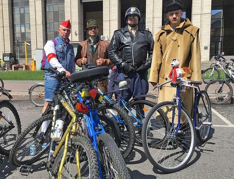 Я встретил в толпе почтальона Печкина из известного мультика, который держал велосипед с добрым лицом.