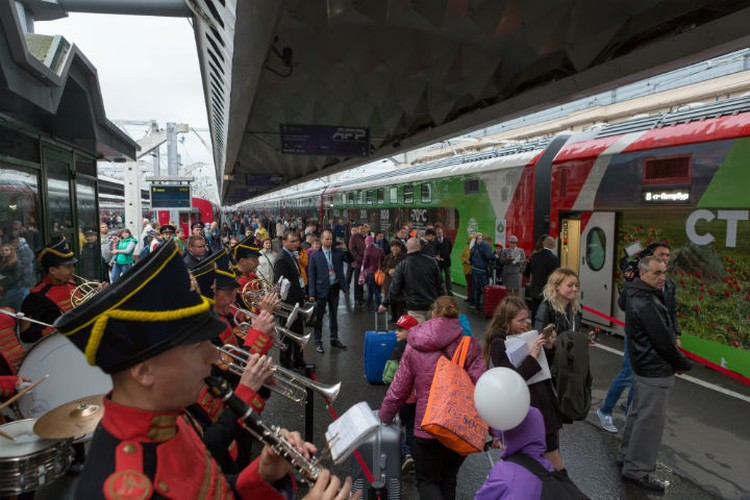 Поезд провожали с музыкой