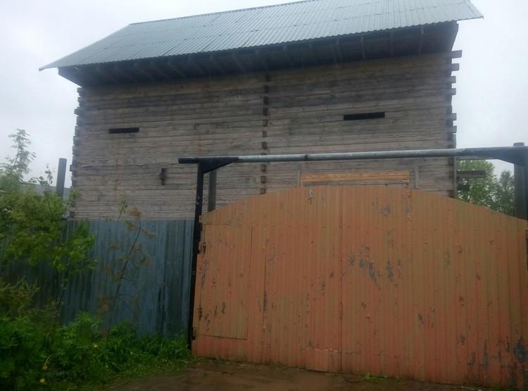 Дом убийцы обнесён двухметровым забором