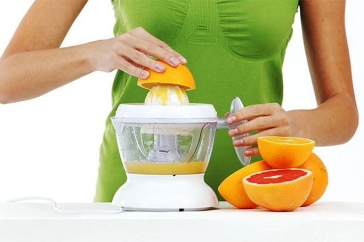 ВОЗ считает, что фруктовые соки в больших количествах так же вредны для талии, что и газировка.