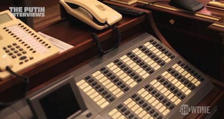 Коммутатор с множеством кнопок, подписанных фамилиями