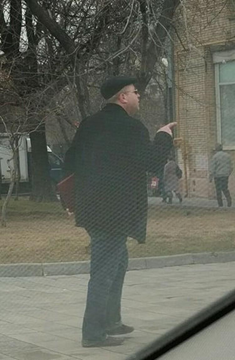 Этот мужчина повадился выходить на перекресток дублера Ленинградки и 1-й улицы Ямского поля и бросаться на машины.