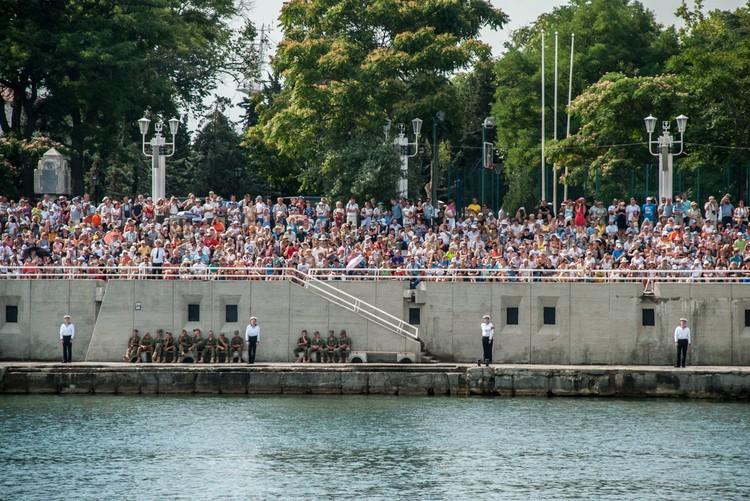 Желающих попасть 27 июля на генеральную репетицию военно-морского парада по случаю празднования Дня ВМФ в Севастополе оказалось огромное количество.