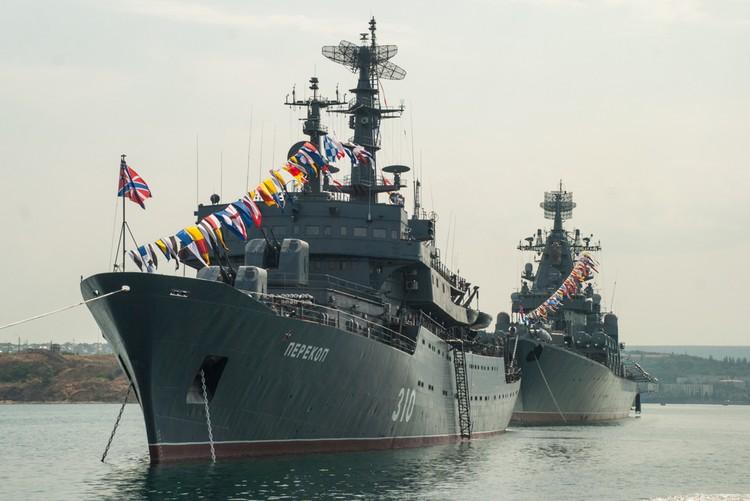 Корабли Черноморского флота выстроились в ряд в Севастопольской бухте.