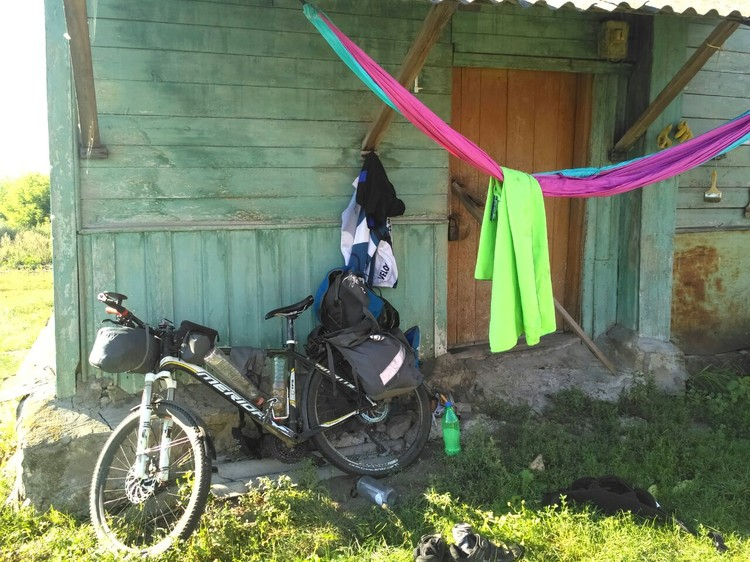 Мир не без добрых людей - пожилая деревенская пара приютила незнакомого патлатого парня на велосипеде. Фото: личный архив героя публикации.