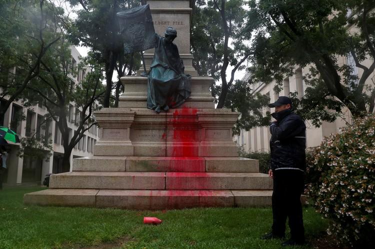 Испачканный красной краской постамент памятника генералу Пайку в Вашингтоне