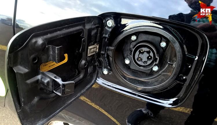 Под лючком крышки бензобака – разъем для зарядки.